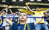 Prvý futbalový zápas po uvoľnení opatrení odohrali v Dunajskej Strede: Fanúšikom chýbali rúška a sedeli si, ako sa im zachcelo