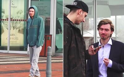 Půjčíte mi mobil? V sociálním experimentu jsme zkoušeli, zda lidé jinak reagují na oblek a mikinu s tepláky