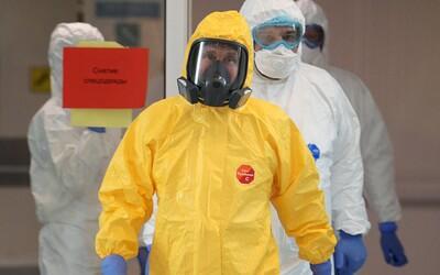 Putin sa po nemocnici prechádzal v žltom skafandri. Šírenie vírusu nepodceňuje ani Moskva