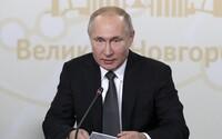 """Putin schválil zákon, podľa ktorého môžu označiť novinárov za """"zahraničných agentov"""""""