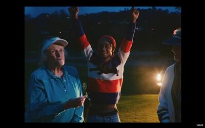 Rae Sremmurd si v novém klipu zahulili s důchodci na golfovém hřišti. Podívej se na vizuál k písni Swang