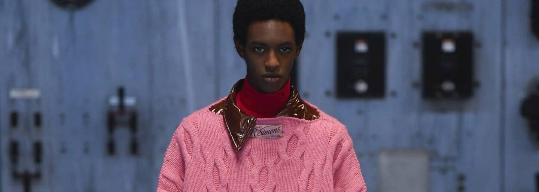 Raf Simons představuje genderově neutrální kolekci podzim/zima 2021, čímž boří stereotypy o mužské a ženské módě