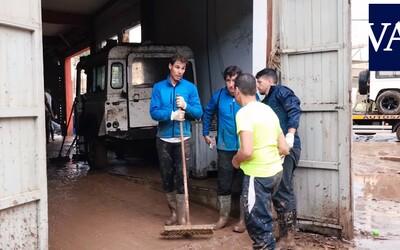 Rafael Nadal neváhal a po záplavách na Mallorce se pustil do odklízení bahna