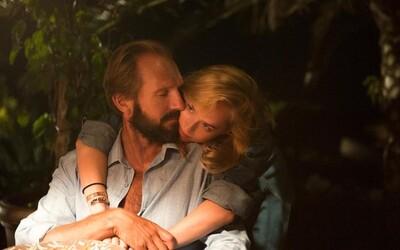 Ralph Fiennes sa stáva príčinou nebezpečného milostného trojuholníka v perfektne vyzerajúcej dráme  A Bigger Splash