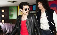 Rami Malek je Freddie Mercury! Biografický film o úžasnom spevákovi ponúka prvé obrázky, z ktorých cítiť 80. roky ako z dobových fotiek