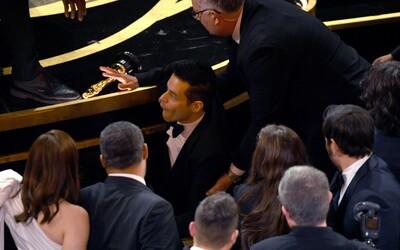 Rami Malek vyhrál Oscara a pak s ním spadl z pódia. Museli ho i ošetřovat