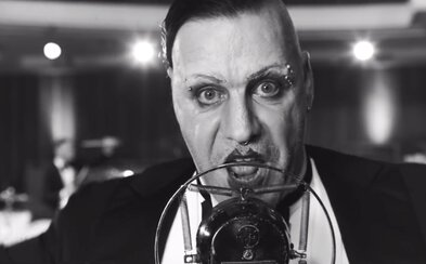 Rammstein v čiernobielom klipe odrezávajú ucho, koja rádio a vracajú sa do 20. rokov