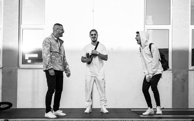 Rap a živé nástroje. Kombinácia drzosti a muzikálnosti Nerieš a Opoštáris Band ovládne Bratislavu