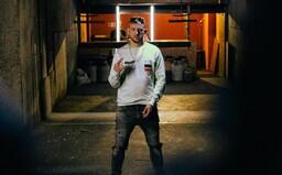 Rap v Česku byl do teď tak trochu na h**no, tvrdí Hugo Toxxx na Bauch Money II. Přišli jsme na to, proč (Recenze)