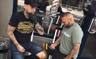 Raper a barber Benzo cestuje len v biznis triede, na letisku ho čaká čierny Mercedes. Vie, ako spraviť screenshot na ženskom tele