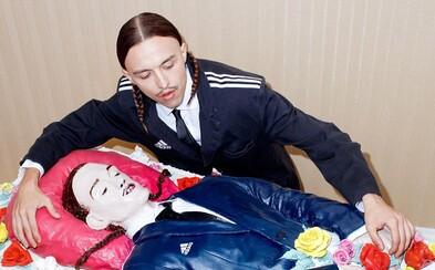 Raper Tommy Cash dostal ke svým narozeninám sám sebe jako obří dort v adidas saku