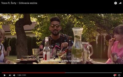 Rapujúci moderátor Šorty sa v reklame pre Tesco pokúša pokaziť Slovákom leto a grilovačku v rôznych jazykoch