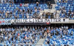 Rasističtí fanoušci fotbalového Slovanu vyvěsili transparent White Lives Matter, nikdo je nenapomenul