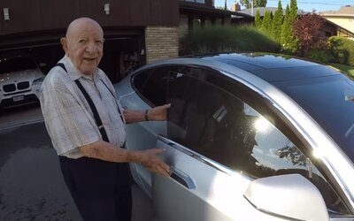 Reakcia 97-ročného dedka na futuristickú Teslu jeho vnuka rozjasní deň aj tebe. Starček nechápal, do čoho to nastupuje