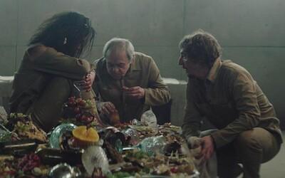 Recenze filmu Platform: Lidé uvěznění ve věži shazují zbytky jídla na nižší poschodí. Komu se podaří přežít?