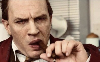 Recenzia: Al Capone v podaní Toma Hardyho kadí do plienok, slintá a trápia ho halucinácie. Mal by si film vidieť?