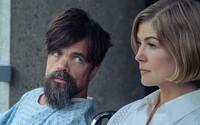 Recenzia: Rosamunde Pike a Peter Dinklage sú nechutní ľudia, ktorým v novinke od Netflixu praješ smrť