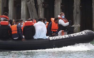Řecko potají poslalo přes 1 000 uprchlíků na nafukovací čluny a vyplavilo je za hranice svých výsostných vod