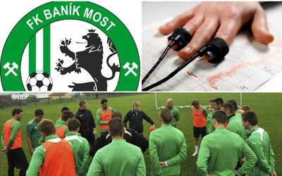 Ředitel českého fotbalového klubu pošle své hráče k detektoru lži. Podle něj schválně prohrávají