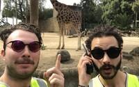 Reflexní vesty je dostaly do zoo, na koncert Coldplay i do kina úplně zdarma. Lidé až moc důvěřují uniformám