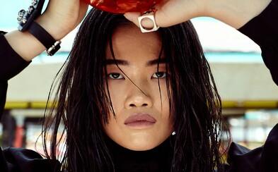 REFRESHER dievča Eva Che je banánová ikona, ktorá miluje opakovanie a surovosť