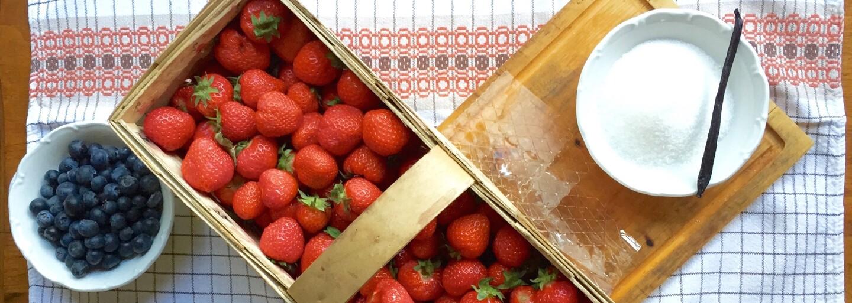 REFRESHER recept: Panna cotta s jahodovo-borůvkovým přelivem aneb letní osvěžení, které nechybí v žádné italské restauraci