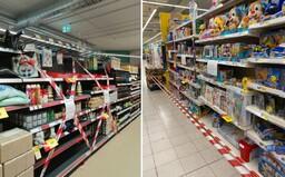 Regály přelepené páskou: Takto mají vypadat obchody v Česku po přechodu do 5. stupně