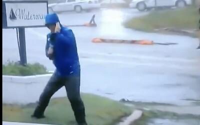 Reportér bojoval pri hurikáne Florence o život vďaka vtipnému divadelnému výkonu. Odhalili ho dvaja muži v pozadí