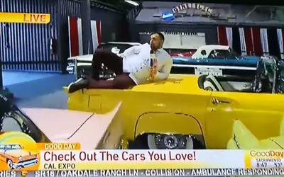 Reportéra vyhodili poté, co v živém vysílání z autosalonu začal skákat po historických vozech