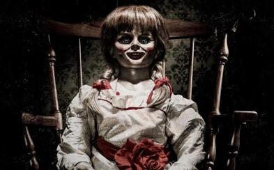 Režisér hororu Zhasni a zomrieš predstavuje démonické pokračovanie o bábike Annabelle v atmosférickom traileri