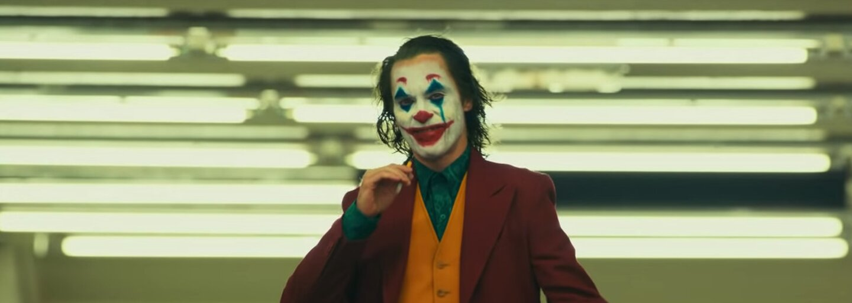 Režisér Jokera musel Warner Bros. presviedčať celý rok, aby mu dovolil natočiť tvrdé R-ko. Pôvodne nešlo o komiksový film