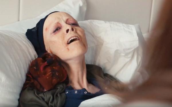 Režisér Ľudskej stonožky natočil ďalší odporne brakový film. Ženy v ňom masturbujú nad umierajúcou ženou