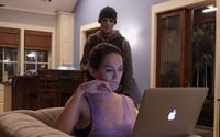 Režisér Oculusu natočil thriller o hluchonemej žene čeliacej hrozbe záhadného útočníka (Recenzia)
