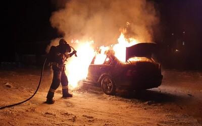 Řidič BMW na Pardubicku horlivě driftoval na sněhu. Auto mu shořelo