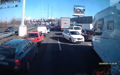 Řidič Boltu ujížděl v protisměru uličkou, která byla pro hasiče