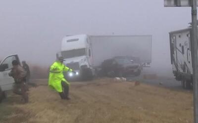 Řidič náklaďáku při jízdě v mlze způsobil nehodu a zranil dva lidi. Dramatické chvíle zaznamenala kamera