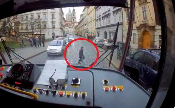 Řidič tramvaje v Praze zachránil malého chlapce, kterému se ztratili rodiče. Na Twitteru zveřejnil video
