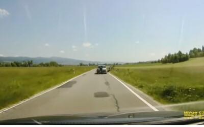 Řidič v Polsku brutálně vrazil do dvojice na kolech. Vše zachytila kamera ze za nimi jedoucího auta