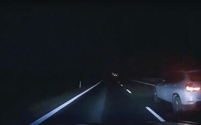 Řidič zachytil palubní kamerou, jak po něm z vedlejšího auta střílí