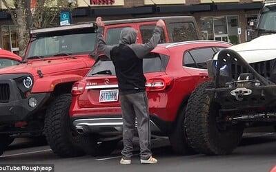 Řidiči dvou Jeepů perfektně potrestali arogantního řidiče Mercedesu. Do svého auta se pak musel dostávat přes kufr