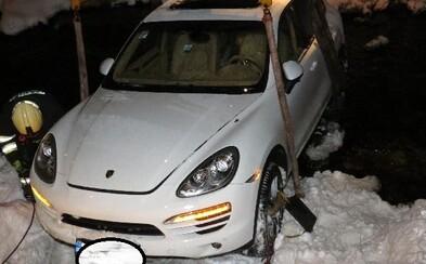 Řidička Porsche při couvání vjela do potoka. Způsobila škodu za 150 tisíc korun