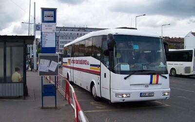 Řidička trolejbusu v Českých Budějovicích si za jízdy lakovala nehty na nohou. Byla pod vlivem drog