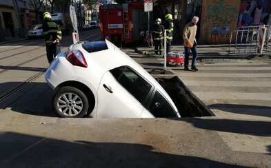 Řidička v Praze skončila se svým autem ve výkopu, hasiči museli auto vytahovat jeřábem