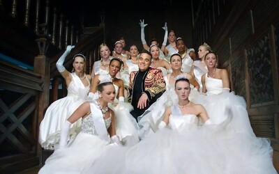 Robbie Williams je späť na scéne v novej skladbe spolu so sexi baletkami či nevestami. Takto sa vraj bavia Rusi