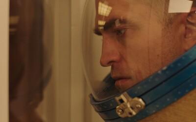 Robert Pattinson si na vesmírné stanici odpykává trest smrti krutými experimenty. Užijte si trailer pro hypnotický sci-fi horor