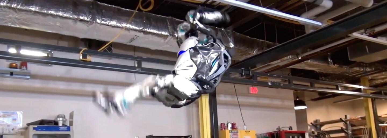 Robot Atlas je opäť o niečo lepší. Najnovšie sa už naučil spraviť napríklad aj salto vzad