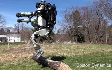 Robot Atlas sa opäť zlepšil, už dokáže behať aj skákať bez akejkoľvek pomoci