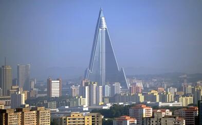 Dělníci v Severní Koreji jsou nuceni užívat metamfetamin, aby stavby dokončili rychleji. Počasí totiž neustále posouvá termíny