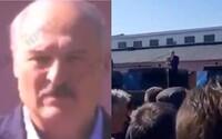 Robotníci vykričali Lukašenkovi priamo do tváre, aby odišiel. Ten stratil reč a zvládol sa len poďakovať