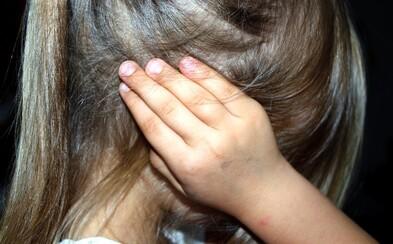 Rodičia na strednom Slovensku týrali dcéru. Nedávali jej jesť, dostávala kopance aj facky